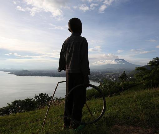 Gisenyi, Rwanda : Un enfant rwandais contemple le volcan Nyiragongo qui surplombe la ville de Goma en RD Congo.
