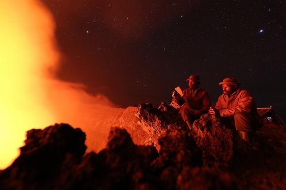, which rises to 3470 meters Parc National des Virunga, RD Congo : Deux gardes du Parc National des Virunga contemplent la lave du cratère Nyiragongo qui culmine à 3470 mètres. La paix dans la région permet un développement important du tourisme pour la RD Congo. Photo MONUSCO/Abel Kavanagh