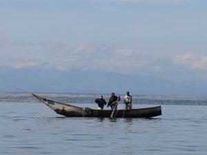 Les pêcheurs de Vitshumbi dans les eaux profondes de BIRWA sur le lac Edouard entrain de pratiquer la pêche au Bagrus. Cette pêche au Bagrus se pratique pendant la journée. Sur cette photo nous avons le lac Edouard et le paysage du PNVi.